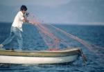 Kararburun'lu kıyı balıkçısı ağlarını seriyor. (c) SAD-EKOG C.O. Kıraç